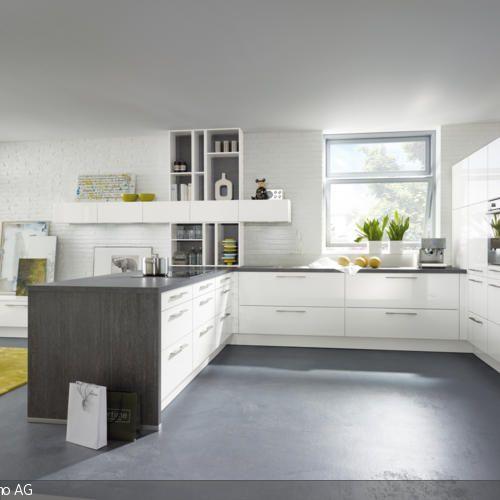 Diese offene Küche mit weißen Schränken wirkt einladend und