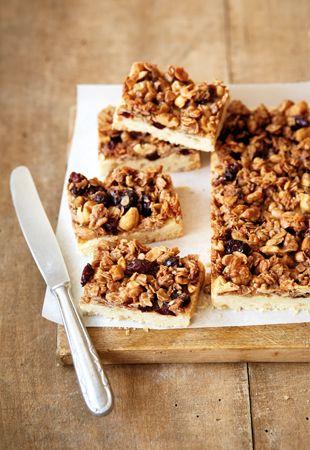 Mürbeteig mit Walnüssen und Schokoladen-Nuss.getrocknete Früchte-Haferflocken-Topping - http://www.farmers-snack.net/wissenswertes/rezepte/rezepte-von-cynthia-barcomi/schokolata-walnuss-schnitten.html