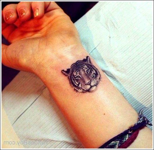 Tiger Tattoo Am Handgelenk Beste Tatowierung Cool Wrist Tattoos Small Tattoos Wrist Tattoos For Guys