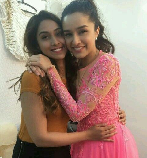 240418) Shraddha Kapoor with Makeup artist (Nikita Menon) | Shraddha  kapoor, Lily pulitzer dress, Photo