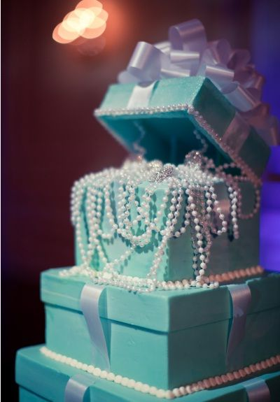 CAKE!!! A Tiffany cake & Pearls!Love this!
