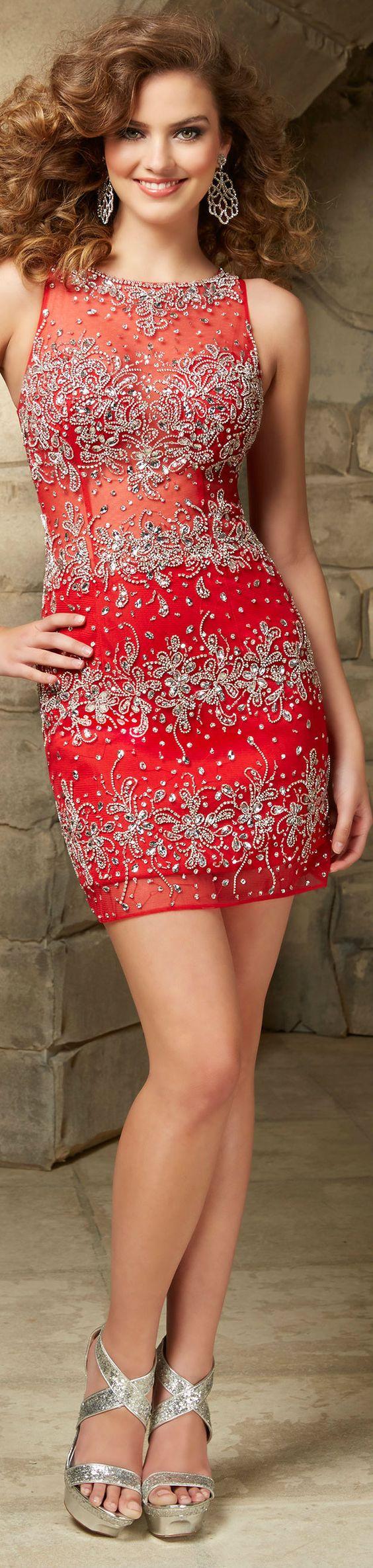 Vestido curto rendado em tons vermelho e prata: