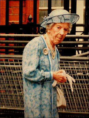 Den første Margueritbroche er udformet som et Marguerit blomsterhoved af 238 Brillianter og 444 Rosenstene, der er fattet i Platin. Da Kronprinsesse Ingrid ægtede Kronprins Frederik fik hun Brochen foræret af sin far til minde om moderen kronprinsesse Margaretha af Sverrige, der var død allerede i 1920 kun 38 år gammel.  Uden tvivl var Brochen et af Dronning Ingrids kæreste smykker, og hun har båret den meget ofte.