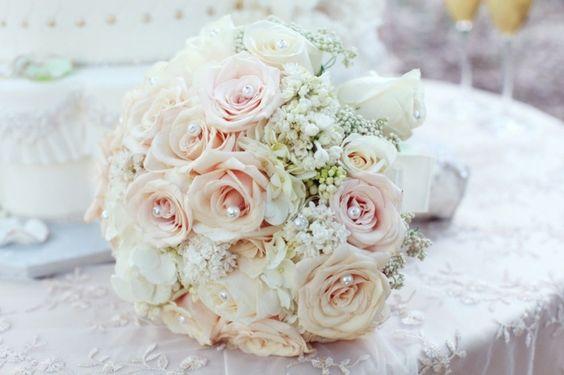 Hochzeit Blumen Deko Perlen weiß Rosen