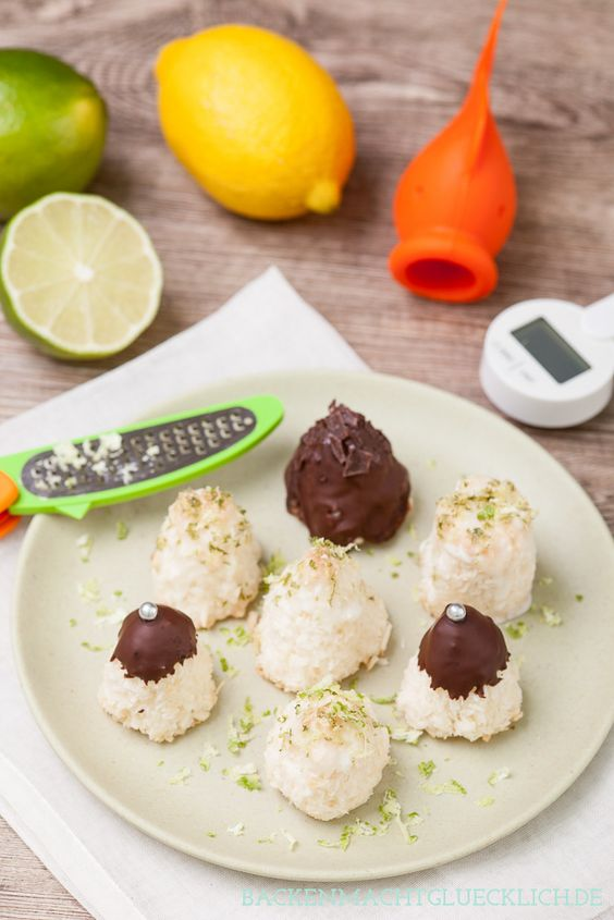 Einfache, saftige Kokosmakronen mit Limette bzw. Schokolade | http://www.backenmachtgluecklich.de