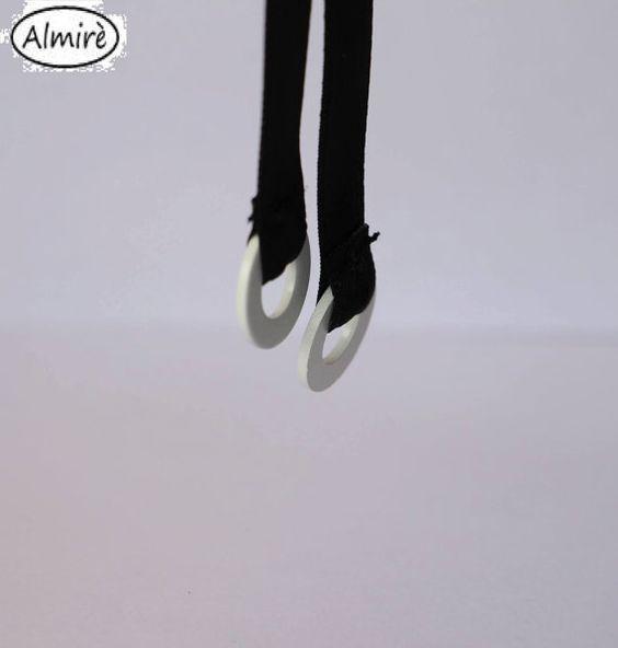 COLLANA REALIZZATA A MANO. COLORE BIANCO. NECKLACE MADE BY HAND. COLOR WHITE…
