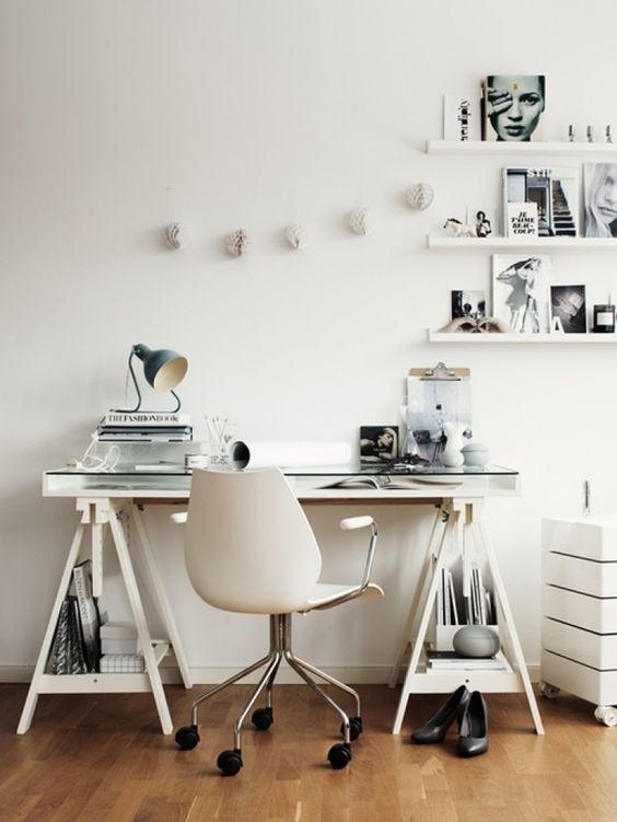 Mesa com cavalete e tampo de vidro:
