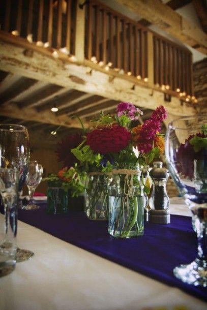 semplicità: ambiente rustico, vasi, grandi fiori colorati