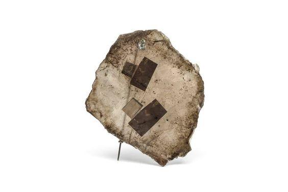 Rafael Luis Alvarez  broche colección «Lo que fue escrito» - hecho con MICA (placas frágiles que se usaban como resistencia para las planchas de ropa), Intercaladas hay fotos