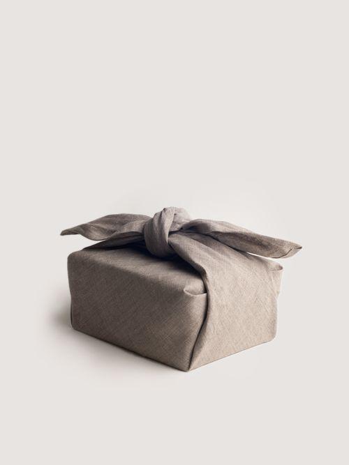 """packaging utilizando el  """"Furoshiki"""" que es una tela cuadrangular que tiene su uso tradicional en Japón, es utilizado para transportar o envolver    japanese wrapping cloth called Furoshiki  """