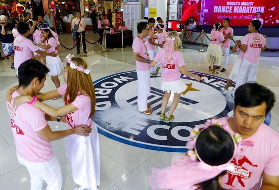 """Rekordversuch: Zehn Paare haben am Freitag in der Früh im thailändischen Pattaya damit begonnen, anlässlich des Valentinstag einen neuen Weltrekord aufzustellen - und zwar beim Tanzen. Die Zeit, die es zu schlagen gilt, liegt bei 35 Stunden und einer Minute"""". Ziel ist ein Eintrag im Guinness-Buch. Mehr Bilder des Tages auf: http://admin.nachrichten.at/nachrichten/bilder_des_tages/ (Bild: EPA)"""