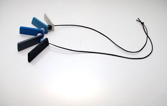Blau schwarz weiß Holz lange Halskette blau grau Holz von artbyasta