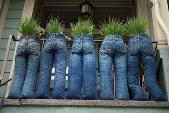 JEAN PLANTERS ~ Creative  Place a kitchen size garbage bag inside each leg and then fill each with something that could follow the line of the jeans, but also be heavy enough to hold the planters in place. Use another kitchen garbage bag for the seat of the jeans, filled with a quality garden soil. Thread some rope through the belt loops of the jeans and then attach them to something sturdy, such as a fence.  Bubble wrap or crumpled plastic grocery bags could then be used to shape the legs.: