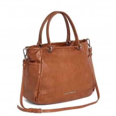 Bolso estilo saca de piel blanda con pliegues laterales que crean efecto bolsillo. Doble asa corta con detalles metalizados y chapa con logo en el delantero.