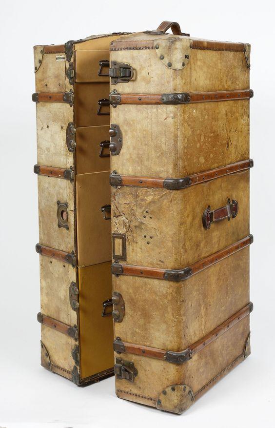 Lot : Malle armoire de voyage, Wardrobes, ( Plaque du fabriquant.maison allemande depuis 1840 à Marseille.. | Dans la vente Tradart Deauville .France