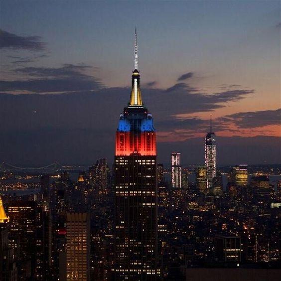 El Empire State iluminado con los colores de Francia como solidaridad ante los atentados de Paris #prayforparis