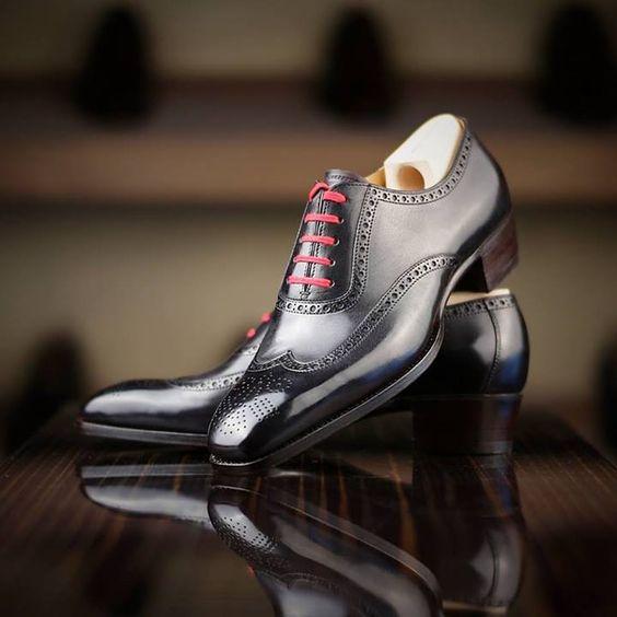 J'aime bien cette mode de chaussures pour homme avec les lacets de couleurs…