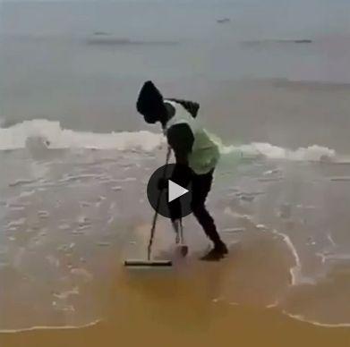 Homem secando água do mar