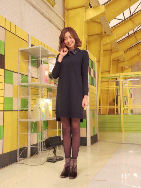 黒いワンピースを着てスタジオにいる片瀬那奈の画像