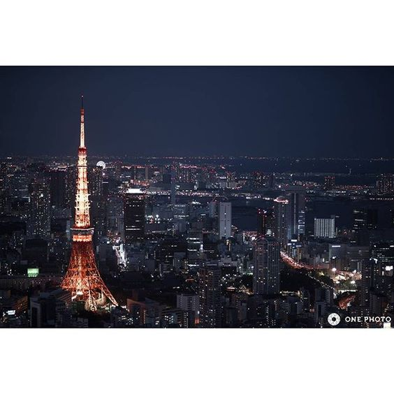 Instagram【onephoto.jp】さんの写真をピンしています。 《Photo by K.Anju  It is a night view from Roppongi Hills of Sky Deck. 2 days a symbol of Tokyo in a row, is the Tokyo Tower. Here since there is no fence and window glass to block the view on the roof of the building, is very nice shooting spot I mean attention to the strength of the wind. Usually, you do not have a set use too much, but this time is to take in the opening of the medium-telephoto lens, it produces a calm atmosphere to bleed soft light…