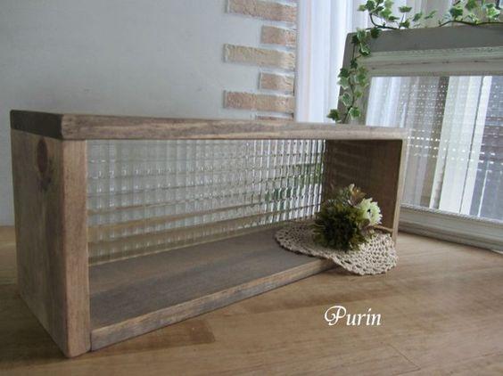 ヨーロッパから輸入のアンティークガラス(チェッカー柄)を使った置くタイプのシェルフです。キッチンカウンターや窓辺に置いて使って頂くとガラスがキラキラして素敵で...|ハンドメイド、手作り、手仕事品の通販・販売・購入ならCreema。