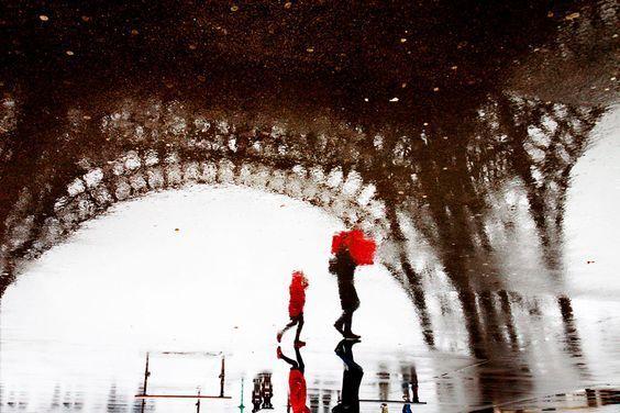 AUJOURD'HUI SUR PARIS, LA PLUIE... Zoom sur une photographie de Christophe Jacrot ! Aujourd'hui sur Paris, il ne fait que pleuvoir. La pluie et encore la pluie ! On s'était acclimaté (enfin ! ) à la météo estivale et patatra il pleut, il pleut…