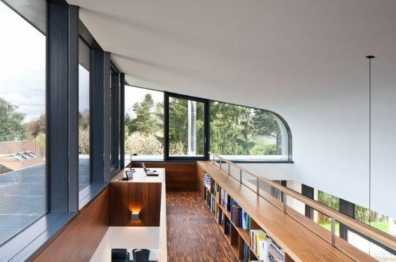 Precisa de um cantinho isolado para o escritório? Que tal um mezanino? Este foi projetado por Dettling Architekten.