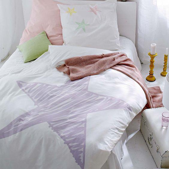 Greife nach den Sternen: Bettwäsche in Weiß mit plakativen pastellfarbenen Sternen.