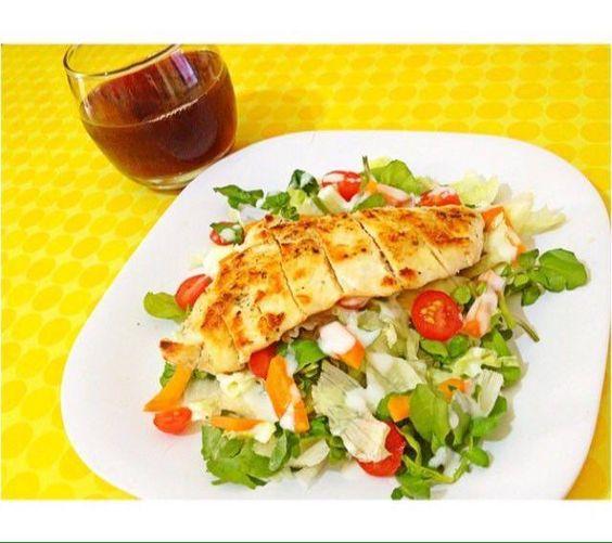 Saladinha com iogurte por cima e frango gralhado