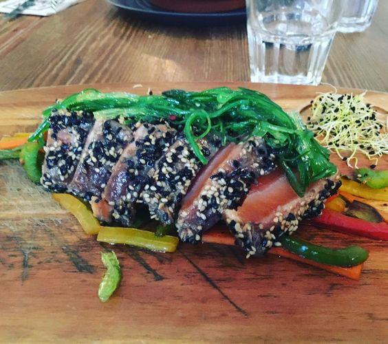 Tataki de salmòn con sésamo y alga wakame sobre cama de verduras. Comida muy top la de ayer...#gonnatry #foodporn #food #tataki by onebloodymery