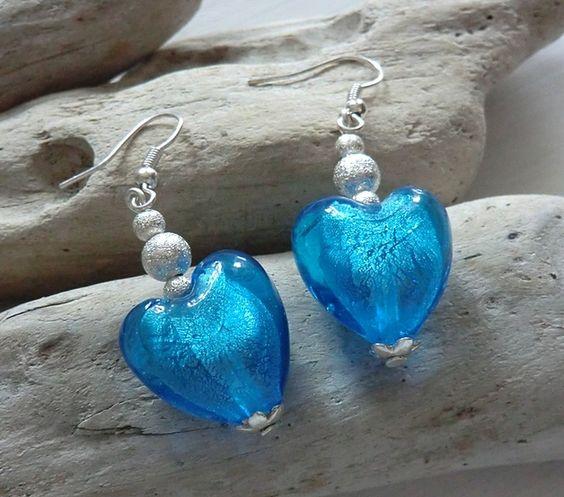 Nichts für schwache Ohrläppchen. Ohrhänger mit Silverfoil Glasherz in einem herrlich leuchtendem Aquablau.