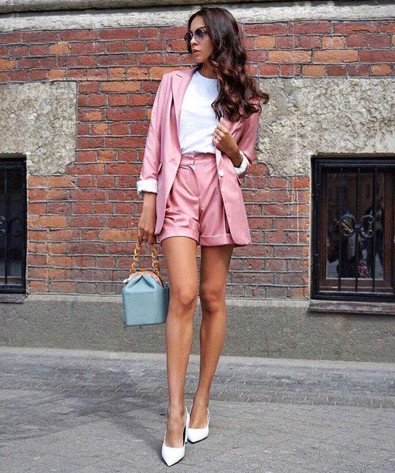 Look com blazer rosa, short alfaiataria rosa e scarpin branco.