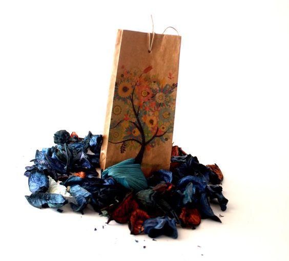 Buste fatte a mano con materiali riciclati come ha consigliato, con sussurri e fremiti, nostra madre natura. Per info: fosca@fosca.it