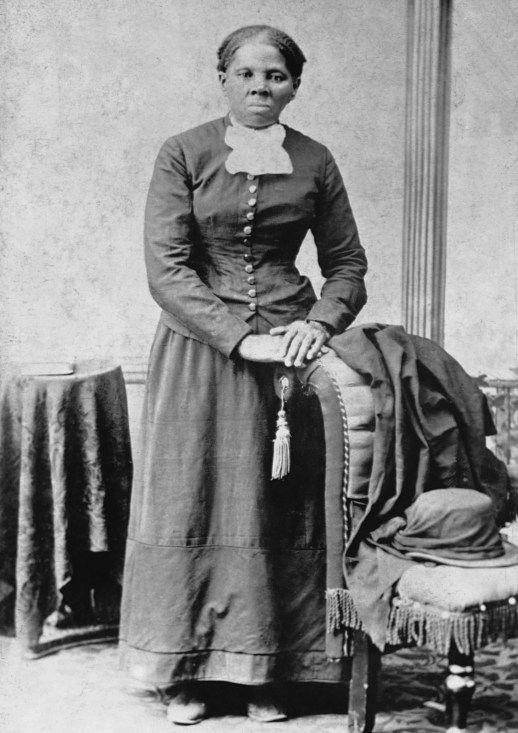 Harriet Tubman, qui était née esclave en 1820, a fui le Maryland pour l'état libre de la Pennsylvanie. Au fil des ans, elle est allée sur 19 missions pour sauver plus de 300 esclaves sur le chemin de fer clandestin. Pendant la guerre civile, elle fut la première femme à diriger une expédition militaire, libérant plus de 700 esclaves. (Corbis)