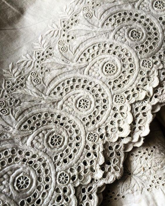 19世紀のペチコートに施されていた手刺繍レース。  #frenchlace  #手刺繍 #アンティークレース #ハンドメイド  #needlework #dentelleancienne  #broderieanglaise #antiquefabric  #コットンレース #アンティーク生地
