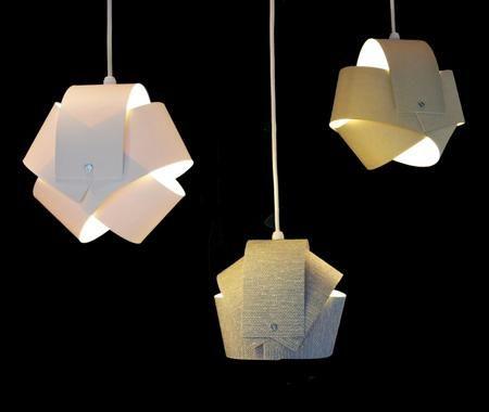 Les lampes créées par Hélène Lemieux sont réalisées à partir de stores verticaux recyclés. Design écologique québécois mais look scandinave des années 60.