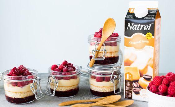 J'adore utiliser les laits aromatisés Natrel comme celui au caramel latte pour ajouter une texture et une saveur supplémentaires à mes gâteaux. On peut par exemple badigeonner à l'aide d'un pinceau le lait au merveilleux goût de  de latte sur des gâteaux étagés ou encore des gâteaux éponges pour faire des bagatelles.