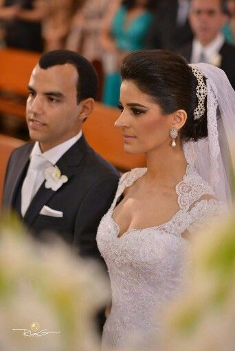 Lorena & Tiago  Noiva usa tiara e brincos de zircônias e ouro branco. Vestido Tete Rezende