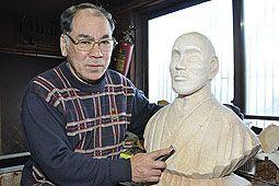 木彫りで松浦武四郎 山田さんが胸像制作 三重の記念館へ|苫小牧民報社