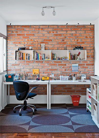 Mesas: lado a lado, duas peças Metric (1,30 x 0,75 x 0,75 m) tomam toda a parede do escritório, formando uma grande bancada de trabalho. Tok & Stok, R$ 399 cada. Adesivos: aqui, os passarinhos parecem pousados sobre o muro de tijolos. Cada um tem 12 x 5 cm. Modelo indisponível no momento. Tapete: medindo 3 x 3 m, o modelo Kiss 506 integra a linha Oxygen, da Milliken. Cast Solutions, R$ 175 o m².: