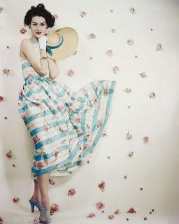 典型的な50年代のドレスをまとった女性。このハイウェストと広がるスカートがポイント
