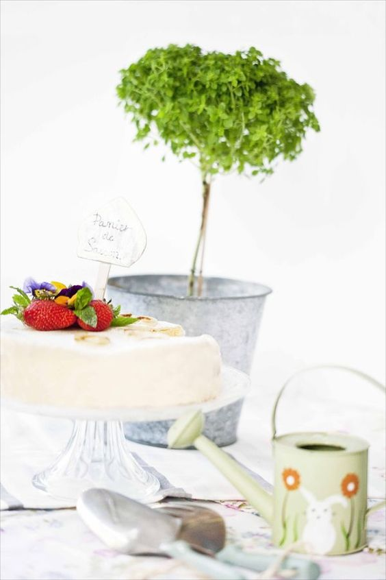 Fraisier aux amandes / Strawberry and almond birthday cake  Recette classique et élégante de printemps. Les fraises rencontrent les amandes dans un dessert plein de douceur et de couleurs pastels.  Strawberry and almond birthday cake. A sweet receipe for a spring-tasting dessert.  http://www.panierdesaison.com/2014/05/le-6-%C3%A8me-anniversaire-de-panier-de-saison-le-g%C3%A2teau-et-le-gagnant-fraisier-aux-amandes.html