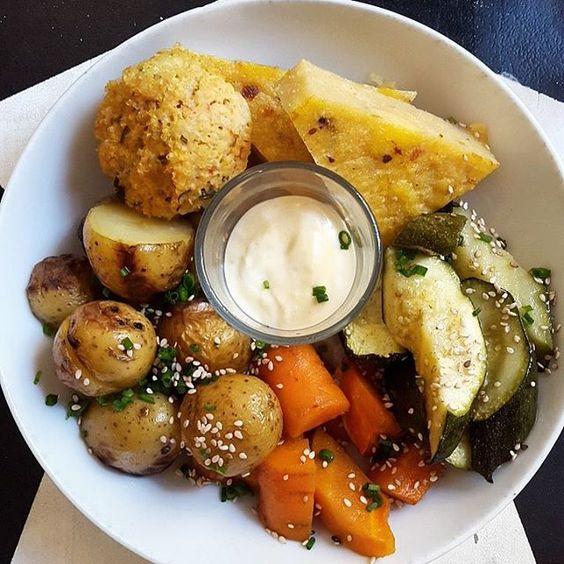 boulette d'amaranthe, polenta, petites pommes de terre, carottes, courgettes, mayo vegan.
