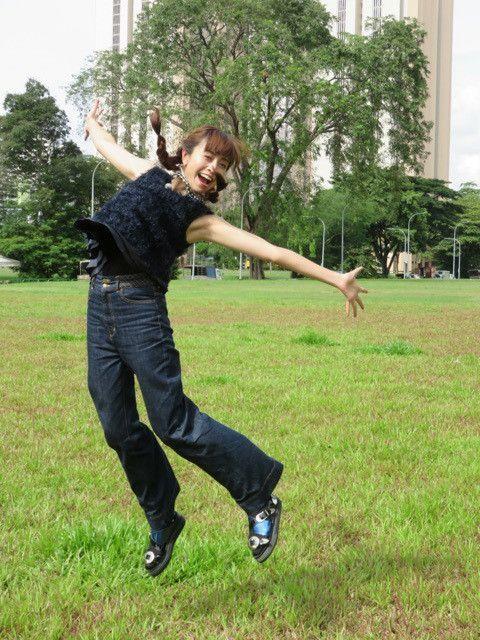上下黒い服を着てジャンプをしている片瀬那奈の画像