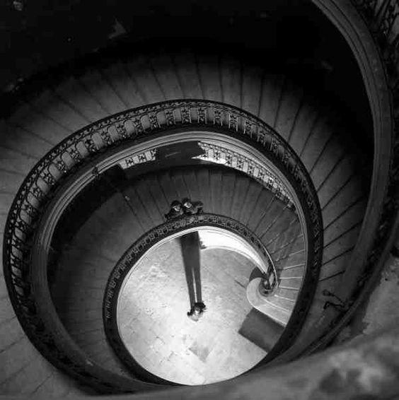 Les escaliers de l'hôtel Boyer Fonfrède Bordeaux   décembre 1949  ¤Robert Doisneau. Atelier Robert Doisneau   Site officiel