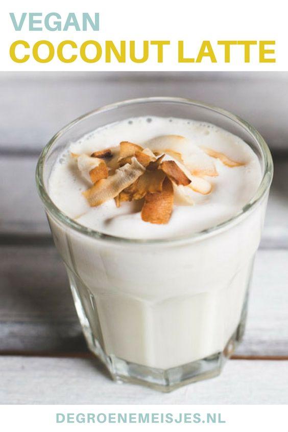 Een heerlijk vegan warm drankje: coconut latte! Een lekker romig, zoet drankje met een kokosroom laag en kokosflakes.