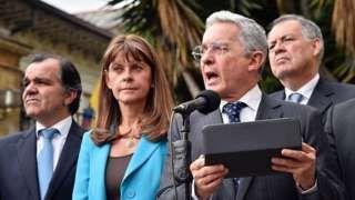 Image copyright                  Getty Images                  Image caption                                      El partido Centro Democrático, liderado por el expresidente Álvaro Uribe Vélez, impulsó la campaña por el NO a los acuerdos firmados entre el gobierno y las FARC.                                Miembros de la campaña por el NO que se impuso en