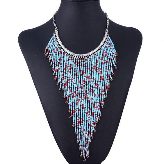$30,000, Collar de chaquiras en V, color verdemarino y dorado cadena ajustable, largo