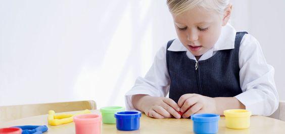 Knete selber machen - wie geht das noch mal? Wir verraten Ihnen ein einfaches Salzteig-Rezept, um die Knete selber machen zu können...