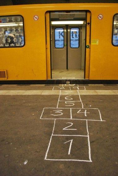 Guerrilla urbana. Brad Downey http://floresenelatico.es/dos-anos-de-guerrilla-urbana-ejemplar/9977
